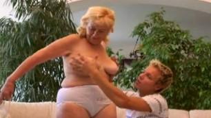 Mature Blonde Vera Oma Gepakt Door Haar Kleinkind