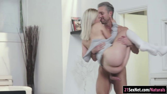 Blonde hottie Scarlett Knight sucks cock