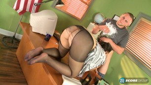 Yazmina Melendez Sex on the table She Guides You To Her Feet
