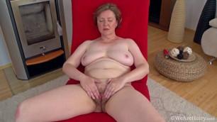 Romana Sweet mature woman fucks her mature pussy