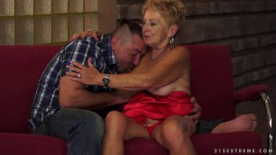 24 Malya & Leslie Taylor - can't get enough granny toyboy