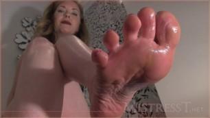 Mistress T - toilet foot slave